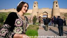 HISOR, TAJIKISTAN - MARCH 21, 2018: A girl with grass sprouts attends a celebration of Nowruz [New Day] holiday by the Hisor Fortress. The holiday marks the beginning of spring. Nozim Kalandarov/TASS Foto: Nozim Kalandarov/TASS/dpa |