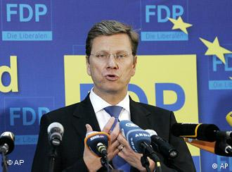 Der FDP-Vorsitzende Guido Westerwelle spricht am Montag, 8. Juni 2009, in Berlin auf der Pressekonferenz nach der Europawahl. (AP Photo/Fritz Reiss) --German Liberal party FDP chairman Guido Westerwelle delivers a press statements during a news conference after the European elections in Berlin on Monday, June 8, 2009. (AP Photo/Fritz Reiss)