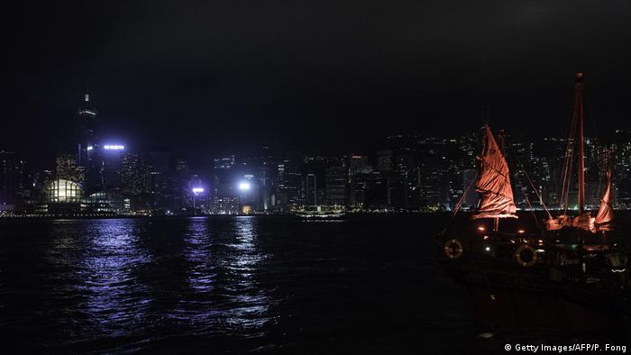 اما هنگکنگ نیز در ساعت زمین با چراغها وداع گفت و با وجود این که همه جمعیت هفت میلیونی این شهر همراه این مراسم نمیشوند شهر در خاموشی فرو رفت. این کلانشهر برای یک ساعت به دیوار سیاهی میماند که تنها تک و توکی چراغ در آن روشن بود.