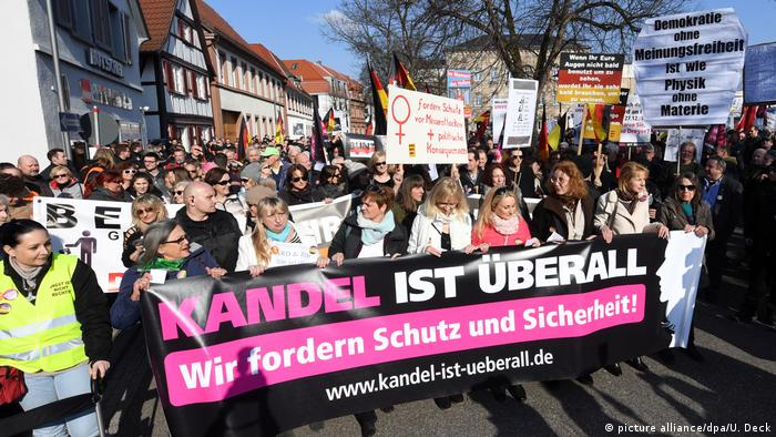 Protests, banner reading 'Kandel is everywhere' (picture alliance/dpa/U. Deck)