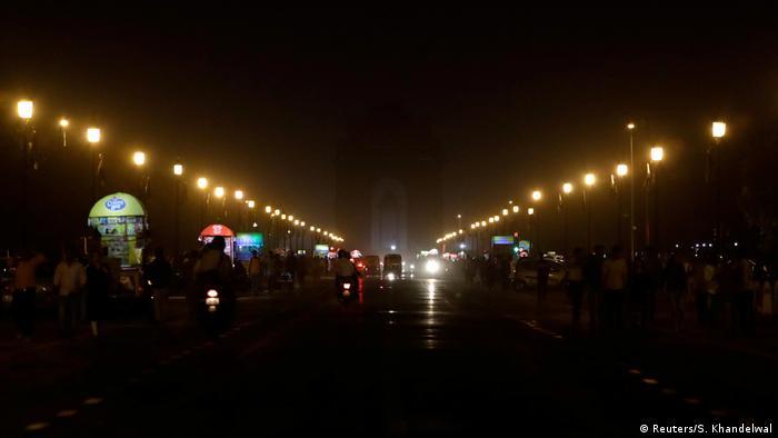 در قلب دهلی نو در هند تنها میشد باریکهای از نور را در دو طرف خیابان دید. حوالی دروازه هند در طاق نصرت مرکز دهلی نو تنها تعدادی از چراغهای خیابانها روشن بود تا مسیرها قابل تشخیص باشند.