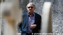 19.09.2012 epa03402871 Irish author and Hispanist Ian Gibson, poses for the media during the presentation of his novel 'La berlina de Prim', at the English cementery of Malaga, southern Spain, 19 September 2012. EPA/JORGE ZAPATA +++(c) dpa - Bildfunk+++ |