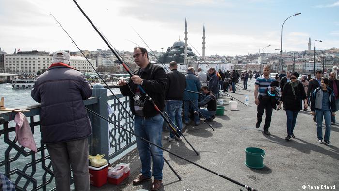 Angler auf der Galata-Brücke im europäischen Teil lstanbuls (Rena Effendi)