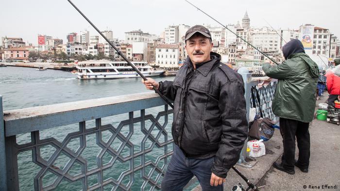 Porträt eines Anglers auf der Galata-Brücke in Istanbul (Rena Effendi)