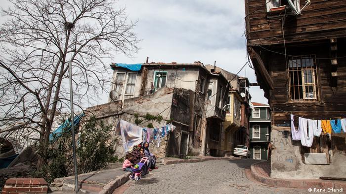 Straßenszene aus dem konservativen Istanbuler Stadtviertel Fatih (Rena Effendi)