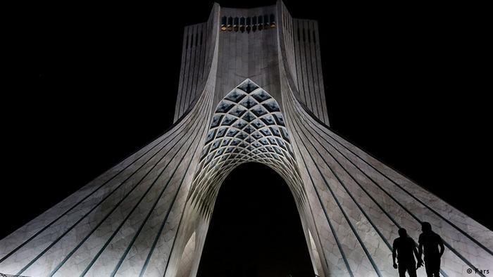 برج آزادی تهران در ساعت زمین در تاریکی فرو رفت. طبق گزارش خبرگزاری فارس به نقل از آژانس جهانی اطلاعات انرژی، سرانه مصرف برق ایران حدود سه برابر سرانه جهانی است. ایران با مصرف بیش از ۱۴۵ میلیارد کیلووات برق نوزدهمین مصرفکننده برق در جهان محسوب میشود.