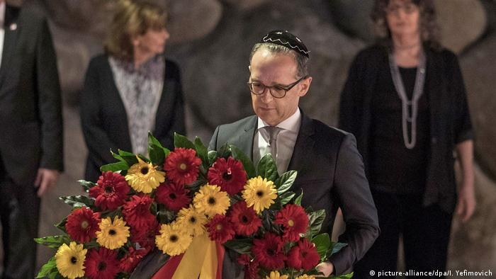 Heiko Maas lays a wreath down in memory of Holocaust victims (picture-alliance/dpa/I. Yefimovich)