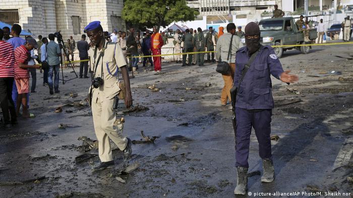 Forças de segurança da Somália no local da explosão em Mogadíscio