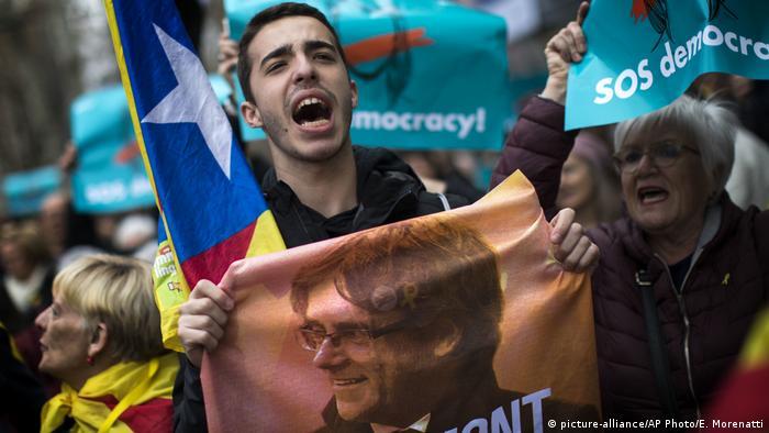 Spanien Barcelona Demonstration nach Inhaftierung von Puigdemont (picture-alliance/AP Photo/E. Morenatti)