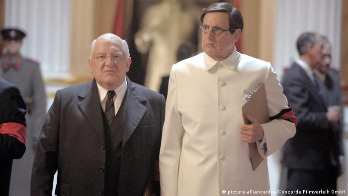 Lavrenti Beria (Simon Russel Beale, esq.) é o homem mais poderoso da Rússia em 1953, enquanto Georgi Malenkov (Jeffrey Tambor) não passa de uma marionete