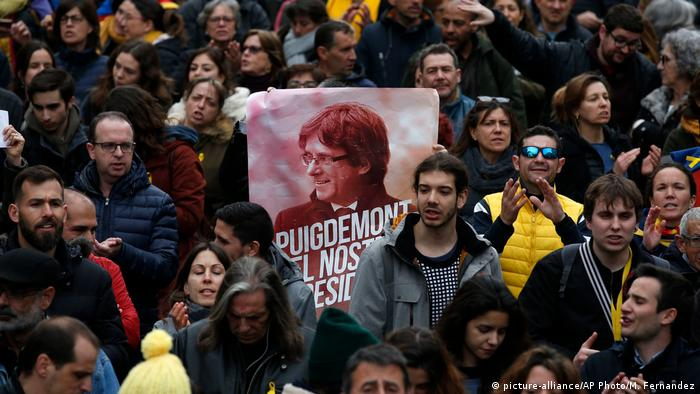 Spanien Demonstration nach Inhaftierung von Puigdemont in Barcelona (picture-alliance/AP Photo/M. Fernandez)