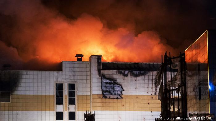 Shopping center in Kemerovo engulfed by flames (picture-alliance/dpa/TASS/D. Aikin)