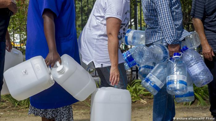 Residentes da Cidade do Cabo aprendem a lidar de forma mais econômica com a água