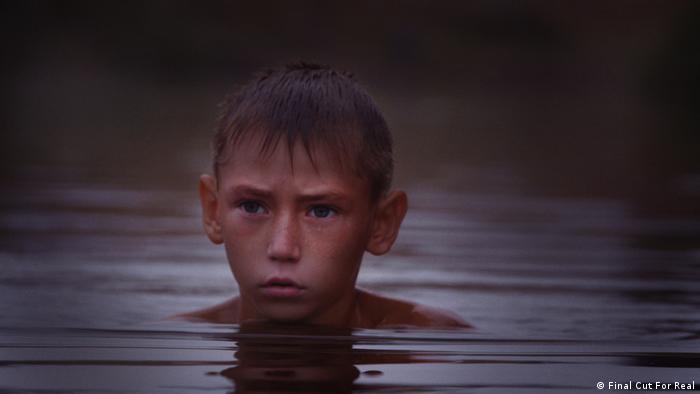 У фільмі Віддалений гавкіт собак режисер Сімон Леренг Вільмонт розповів історію життя на лінії фронту на Донбасі