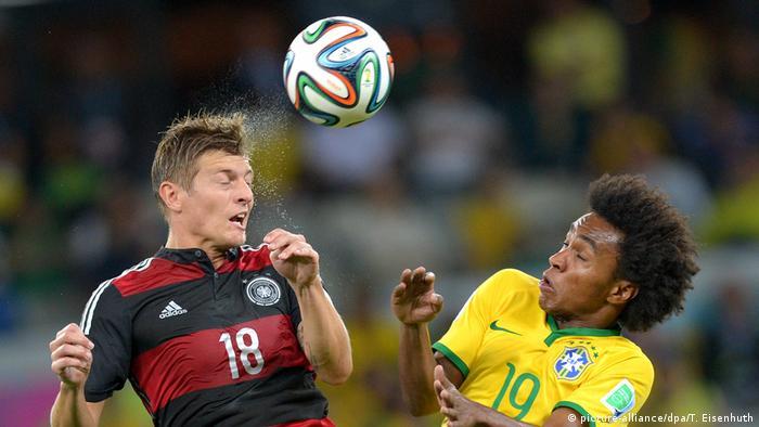 Kroos em disputa de bola com Willian no Mineirão, em 8 de julho de 2014