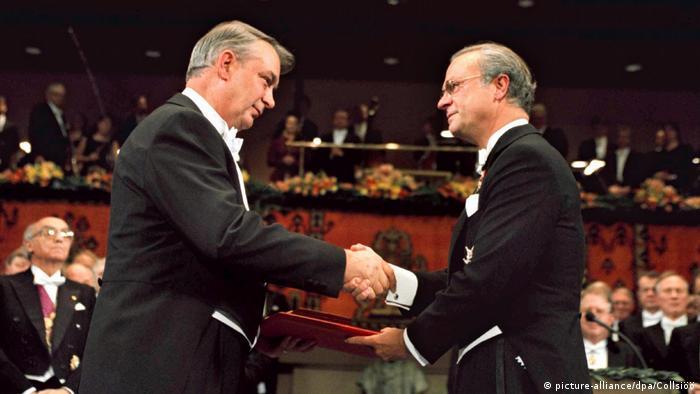 Король Швеции Карл XVI Густав вручает Нобелевскую премию Фериду Мураду