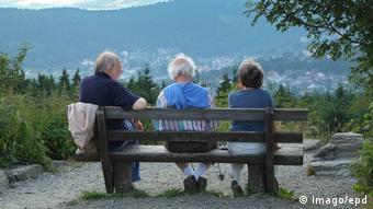 Базовая пенсия в Германии - для тех, у кого большой стаж, но пенсии не хватает. На фото из архива - пенсионеры на лавочке.
