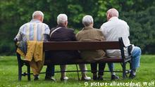 ARCHIV - Rentner sitzen am 28.04.2011 in Quedlinburg im Landkreis Harz auf einer Bank. Das Statistische Bundesamt veröffentlicht am 09.07.2013 den Anteil der über 65-Jährigen an der Weltbevölkerung als Zahl der Woche zum Weltbevölkerungstag am 11.07.2013. Foto: Jens Wolf +++(c) dpa - Bildfunk+++ | Verwendung weltweit