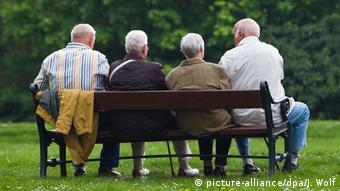 Четверо пенсионеров едва умещаются на одной лавочке