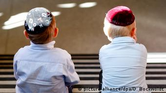 Zwei kleine Jungen mit Kippa auf dem Kopf in eine deutschen jüdische Schule.