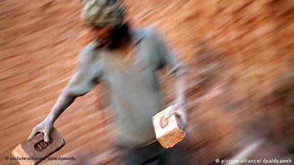 Bildergalerie Ursachen von Armut Sklaverei Indien Sklaverei Mann in Ziegelei in Rajasthan Flash-Galerie