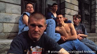 Film Das Leben Jesu 1997 - Szene mit jungen Leuten an einem Haus sitzend