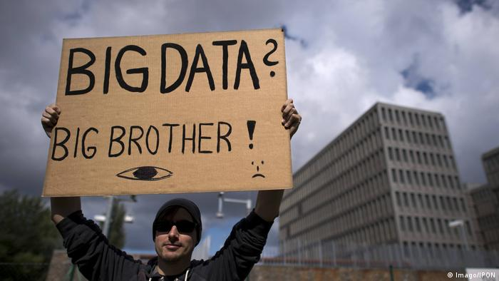 A man holding a placard with the words Big data, big brother (Imago/IPON)