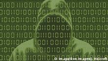 Gesichtsloser Mann in Kapuzenjacke und Computer-Binärcode PUBLICATIONxINxGERxSUIxAUTxONLY Copyright: xJohnxHolcroftx
