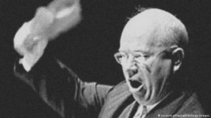 UN Generalversammlung Chruschtschow mit Schuh 1960 (picture-alliance/Heritage-Images)