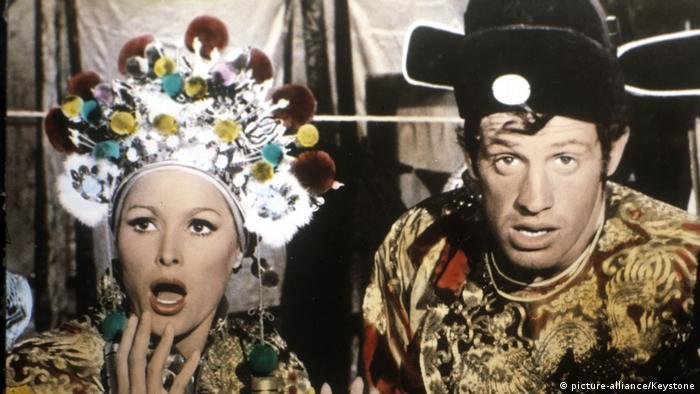 Jean-Paul Belmondo in Die tollen Abenteuer des Monsieur L. mit Ursula Andress. (picture-alliance/Keystone)