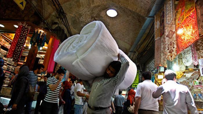 Einkaufsszene auf einem Bazar in Teheran (AP)