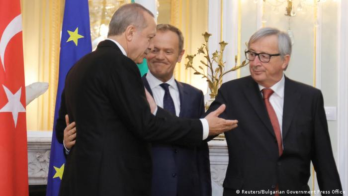 Treffen des türkischen Präsidenten Recep Tayyip Erdogan (l.) mit EU-Ratspräsident Donald Tusk und EU-Kommissionspräsident Jean-Claude Juncker am 26. März im bulgarischen Warna (Foto: Reuters/Bulgarian Government Press Office)