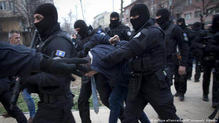 Marko Djuric being arrested by police (picture-alliance/dpa/AP Images/V. Kryeziu)