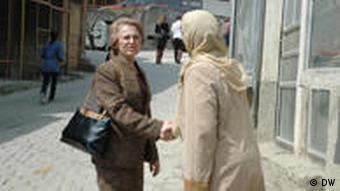 Zwei Frauen schütteln sich die Hände (Foto: ako)