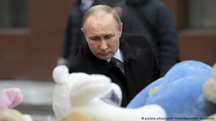 Vladimir Putin at a memorial to the victims of shopping center fire in western Siberia