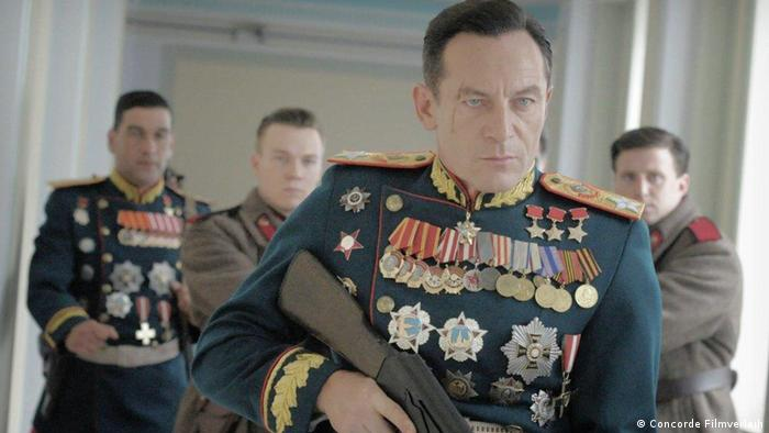Ator Jason Isaacs no papel do general rebaixado Jukov, em cena de A morte de Stalin