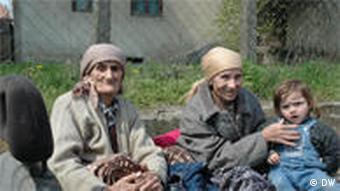 Alte Frauen mit Kleinkind auf Anhänger (Foto: ako)