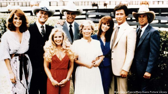 Gruppenbild der Familie Ewing in Dallas. (picture-alliance/Mary Evans Picture Library)