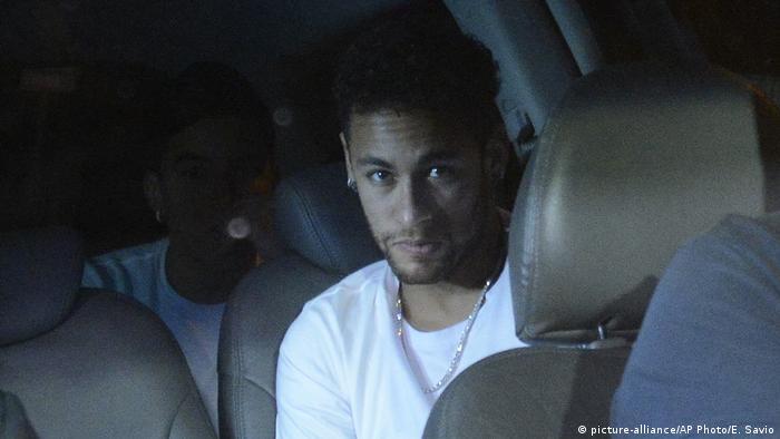 83c0af8d4 Brasilien Fußball verletzter Neymar (picture-alliance/AP Photo/E. Savio)