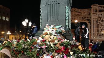 Цветы у памятника Пушкину