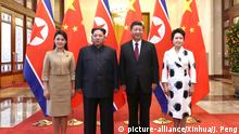 (180328) -- BEIJING, March 28, 2018 (Xinhua) -- Xi Jinping (2nd R), general secretary of the Central Committee of the Communist Party of China (CPC) and Chinese president, and his wife Peng Liyuan (1st R) meet with Kim Jong Un (2nd L), chairman of the Workers' Party of Korea (WPK) and chairman of the State Affairs Commission of the Democratic People's Republic of Korea (DPRK), and his wife Ri Sol Ju at the Great Hall of the People in Beijing, capital of China. At the invitation of Xi, Kim paid an unofficial visit to China from March 25 to 28. During the visit, Xi held talks with Kim. (Xinhua/Ju Peng)(mcg) | Keine Weitergabe an Wiederverkäufer.