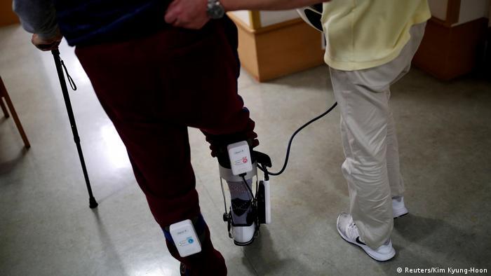 Aparato que ayuda a una persona mayor a caminar.