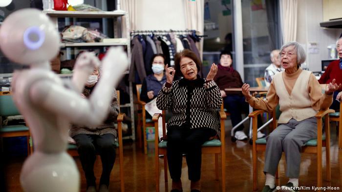 Roboter Pepper macht Sportübungen vor einigen Senioren vor. (Foto: Reuters)