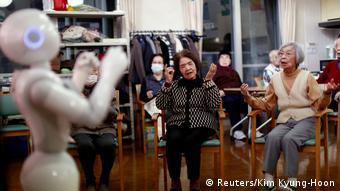 Робот в доме престарелых в Токио