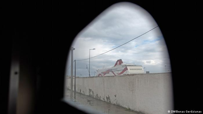 A ferry in Tunis harbor (DW/Benas Gerdziunas)