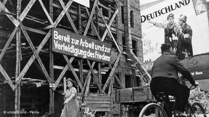 Historic street scene in East Berlin 1953 (ullstein bild - Perlia)