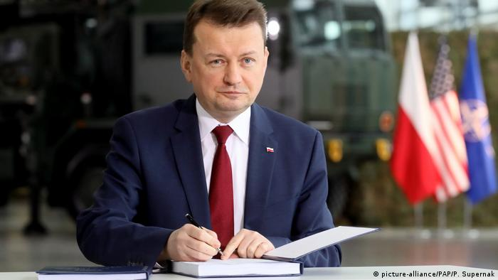 Defense Minister Blaszczak signing arms deal for patriot missiles (picture-alliance/PAP/P. Supernak)