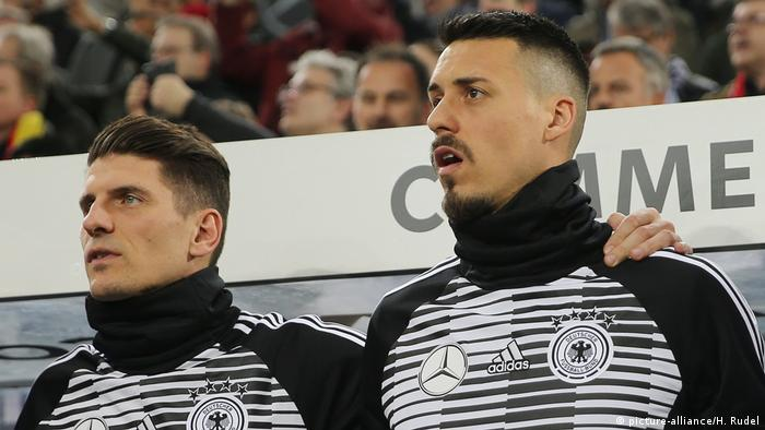 Mario Gomez and Sandro Wagner in Germany colors (picture-alliance/H. Rudel)