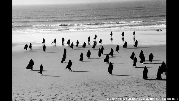 Shirin Neshat, iranische Fotokünstlerin | Rapture Series 1999