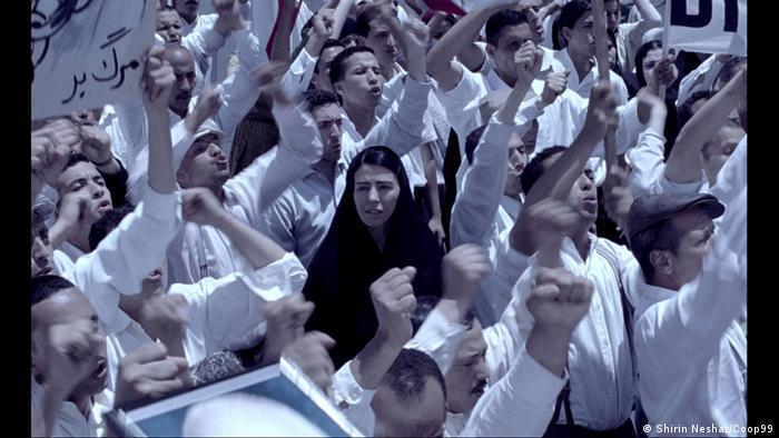 Frau im schwarzen Shador, in mitten von weißgekleideten Demonstranten (aus: Women Without Men/ 2009